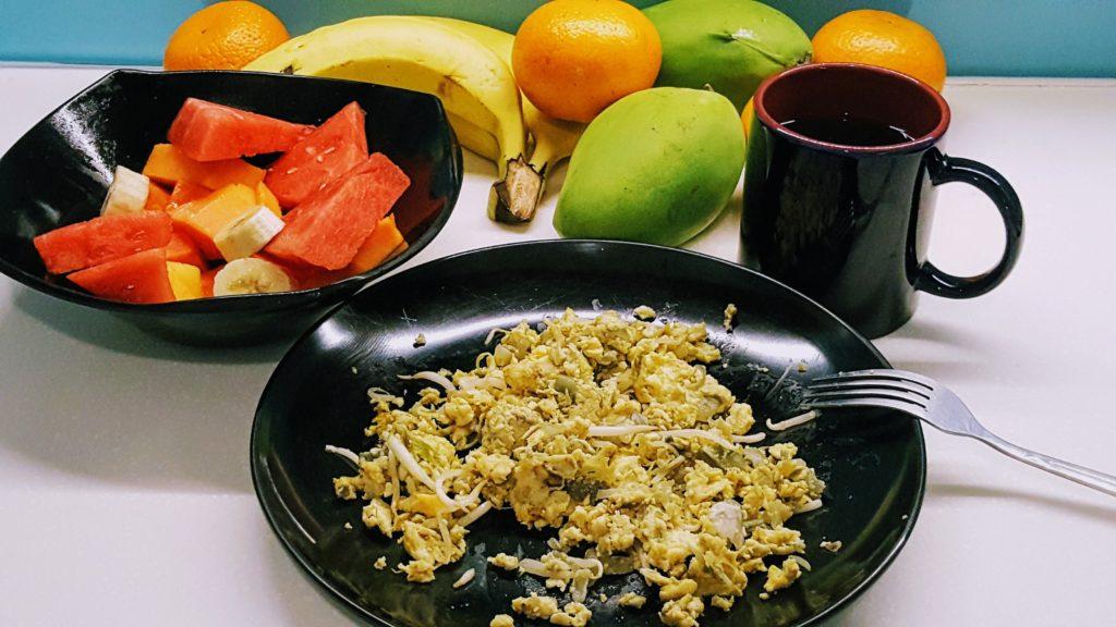 Snídaně si vaříme po svém - většinou vajíčka a ovoce z trhu