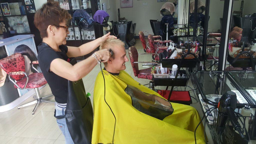 Kadeřnice služby v Kota Kinabalu a vytlemená kadeřnice