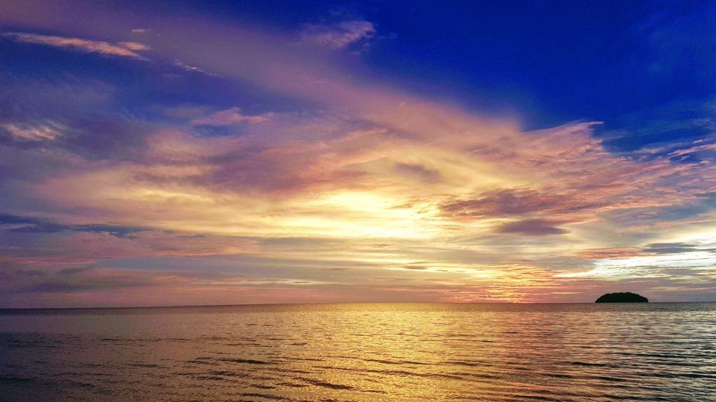 Tanjung Aru Beach - západy slunce jsou nejlepším televizním pořadem