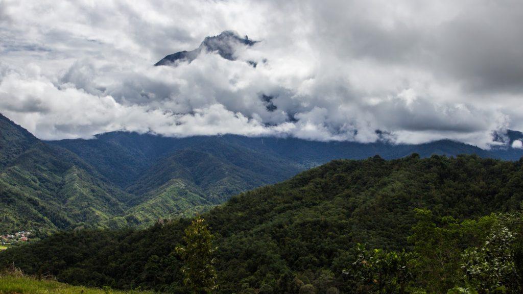 Národní park Kinabalu a Mount Kinabalu schovaná v mracích